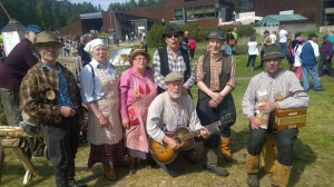 Oksetti ryhmäkuvassa Suomen metsäkulttuuripäivillä
